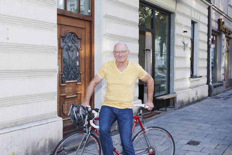 Franz Maget angelehnt an ein Rennrad